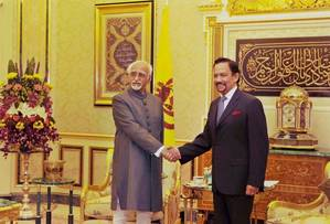 Indias Vice President Hamid Ansari and Sultan of Brunei, Haji Hassanal Bolkiah Mu'izzaddin Waddaulah.  Photo Credit: PTI