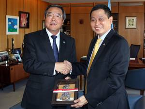 Koji Sekimizu (left) with Ignasius Jonan (Photo: IMO)