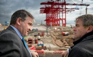 L-R: Gary Hodgson, Chief Operating Officer, Peel Ports with Shipping Minister Robert Goodwill MP at Liverpool2 (Photo: Peel Ports)