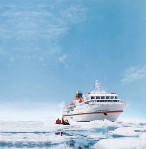 Hanseatic in ice water (Photo: Hapag-Lloyd Cruises)