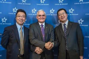 The Panama Canal Administrator, Jorge L. Quijano, with Zhang Guodong, General Manager, China COSCO Shipping Panama (right) and Paul XU, General Manager, China COSCO Shipping Panama (left). (Photo: Panama Canal Authority)