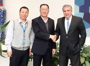 Mr Hu Jintao, President of the chinese ship designer SDARI, (middle) and Mr Wang Jun, Director R&D Departmant at SDARI (left) agree with Mr Robert Gärtner, CEO of the maritime software provider INTERSCHALT, the co-operation for MACS3 loading computer.  (Photo: Interschalt)