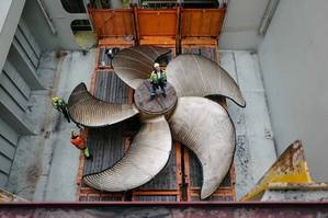 A ship propeller with a diameter of 9.2 meters is loaded onto a Hapag-Lloyd ship (photo: Hapag-Lloyd)