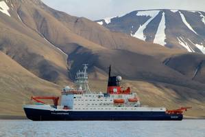 The German polar research vessel Polarstern off the coast of Spitsbergen. (Foto Sebastian Menze)