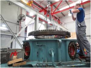 1)A Voith technician dis-assembles the Voith Schneider Propeller (Photo: Voith)