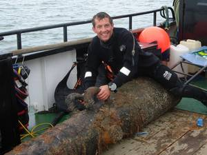 Vincent Woolsgrove with one of the Dutch cannons (Photo: Maritime and Coastguard Agency)