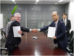Right: Mr.Yasushi Nakamura (ClassNK), Left: Mr.Warwick Smith (Rio Tinto Iron Ore)