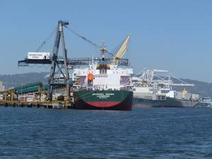 Containership at dock in port of Oakland (Katharine Sweeney)