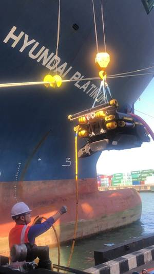 A underwater robot is deployed to clean the hull of the 5,000-TEU container ship M/V Hyundai Platinum. Photo: HMM