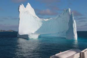 Distance has to be kept: Icebergs can harm the ships. The only ships coming consciously close to the icebergs are cruisers with ice class. The picture is taken off one of them, the Hanseatic from Hapag-Lloyd Cruises. (Photo: Hapag-Lloyd)
