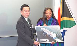A Panel of MOLs cutting-edge hybrid car carrier Emerald Ace ,which carried eight mobile library vehicles last year, was presented to South African Ambassador in Japan Her Excellency Mohau Pheko by MOL Senior Managing Executive Officer Takashi Kurauchi.