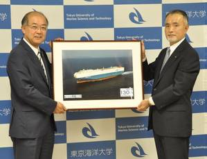 Principal of Tokyo University of Marine Science and Technology Nobuaki Okamoto (left) and MOL Managing Executive Officer Takaaki Inoue (right) at the ceremony (Photo: MOL)