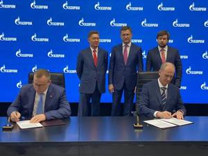 The agreements were signed at the 24th St. Petersburg International Economic Forum by Igor Tonkovidov, President and CEO of Sovcomflot, and Roman Dashkov, CEO of Sakhalin Energy, in the presence of Alexander Novak, Deputy Prime Minister of Russia, Pavel Sorokin, Russia's Deputy Minister of Energy, and Alexey Miller, Chairman of the Management Committee of Gazprom. (Photo: PAO Sovcomflot)