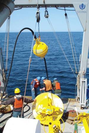 A stretch hose being deployed at sea (Photo: EOM Offshore)