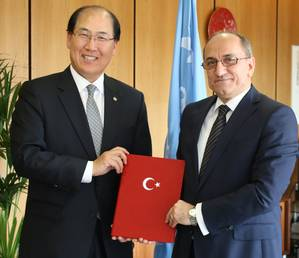 Abdurrahman Bilgiç, Ambassador and Permanent Representative of Turkey to IMO, deposited Turkey's instrument of accession with Secretary-General Kitack Lim. (Photo: IMO)