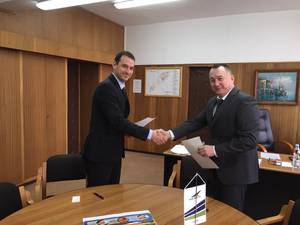 Scott Groves (left), Business Development Manager at Thordon Bearings, and Leslaw Hnat (right), Chairman of the Board of MSR Gryfia, sign an agreement that affirms the companies' efforts to convert ships to seawater lubricated propeller shaft lines from oil.