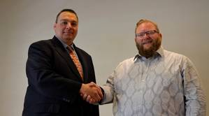 Sonardyne's Andrew Wood (left) and NDI's Andy Meecham (right) conclude the deal that sees NDI become Sonardyne's nonexclusive partner for maritime security in the U.S.