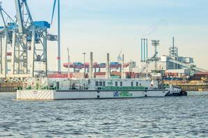 LNG Hybrid Barge HUMMEL in the port of Hamburg (Photo: Becker Marine Systems)
