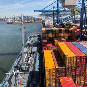 Containerships in first SIMOPS boxship bunkering