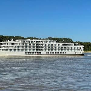 Cruise Ship Runs Aground near Canton, Kentucky
