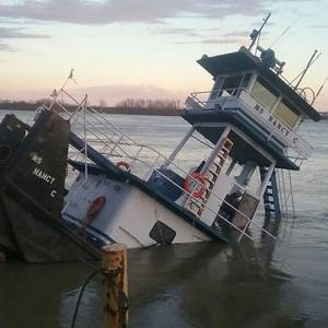 Towing Vessel Sinks in Tennessee