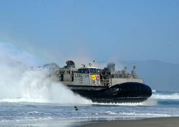 File LCAC 24 Beach-head Landing