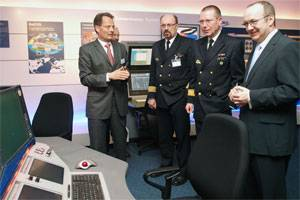 File In the newly opened Atlas World, Atlas Managing Director Kai Horten presents the wide-ranging products and capabilities of Atlas Elektonik to the Director of Naval Armaments and Logistics, Captain Werner Lüders, Rear Admiral Karl-Wilhelm Ohlms and Bremen's Senator for Economic Affairs and Ports, Ralf Nagel (left to right).