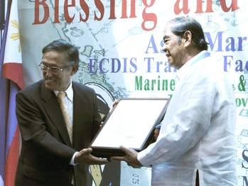 File ClassNK Executive Vice President Koichi Fujiwara (left) presenting a certificate to PJMTM President Eduardo U. Manese.
