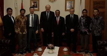 File Eni's CEO Paolo Scaroni (center) meets the Indonesian Minister of Energy Jero Wacik (to his left). Photo: Eni