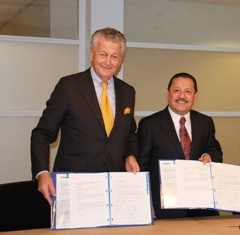 File Kommer Damen (left) and  Lic. Juan Pablo Vega Arriaga (right)