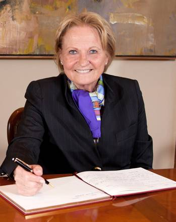 File Dr. h.c. Dipl.-Kfm. Isolde Liebherr signing the guest book of the University of Cork.