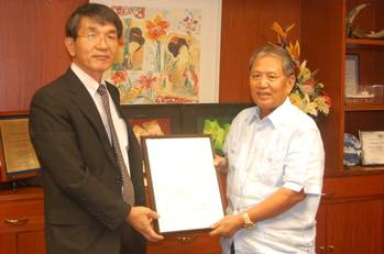 File Takao Kuboki presented the certification to MAGMOL President Captain Francisco D. Menor.