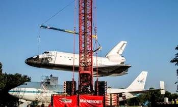 File Mammoet lifts space shuttle replica Independence atop the original Shuttle Carrier Aircraft (SCA) NASA 905, a Boeing 747.