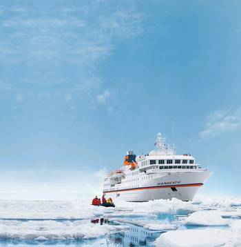 File Hanseatic in ice water (Photo: Hapag-Lloyd Cruises)