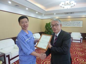 File Handing the SOC from ClassNK to Dalian Shipbuilding Industry Marine Service Co.; Sun De Lin, CEO: Dalian Shipbuilding Industry Marine Service Co., Ltd. (left) Toshitomo Matsui, Executive Vice President: ClassNK (right)