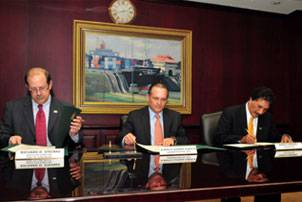 File Port of Long Beach Executive Director Richard D. Steinke, ACP Administrator/CEO Alberto Alemán Zubieta and Port of Long Beach Harbor Commissioner Mario Cordero sign MOU. Photo courtesy Panama Canal Authority