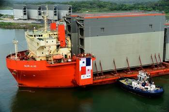 File Rolling gates arrival Panama Canal: Photo ACP