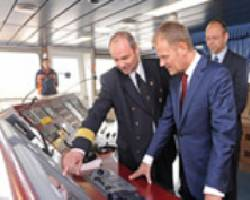 File Captain Wojciech Kucz, the master of Maersk Elba, had the honour of showing Donald Tusk, the Prime Minister of Poland, around his vessel in the Port of Gdansk. Maersk Elba is the biggest containership ever to call in a Polish port.