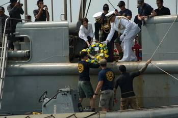 File Wreath-laying: Photo USN