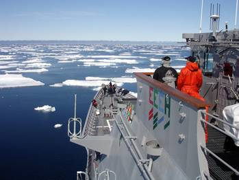 File US warship in ice: Photo courtesy of USN