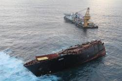 File Rena Shipwreck, Svitzer Salvage Vessel: Photo credit Maritime New Zealand