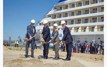 File from left to right: Michael Eggenschwiler, Managing Director Hamburg Airport, Senator Frank Horch, Iris Scheel, Director Terminal Operating company and Jens Meier, Managing Director Hamburg Port Authority.