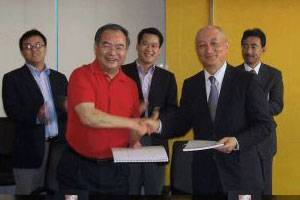 File (From left) Shen Wenming, Vice President, Jiangsu Shagang Group and Kenichi Nagata, Managing Executive Officer, Mitsui O.S.K. Lines, Ltd. (Photo courtesy Mitsui O.S.K. Lines, Ltd.)