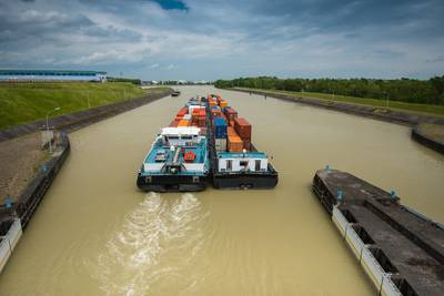 A typical tow arrangement on German inalnd waterways / CREDIT AdobeStock / © digitalstock