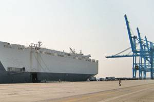 Alliance St. Louis docked at APM Terminals Virginia and preparing to load rolling stock cargo (Photo courtesy Maersk Line, Limited)