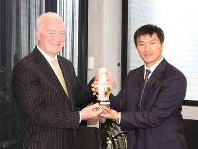 Chinese Delegate Presents Gift to AMSA Head: Photo credit AMSA