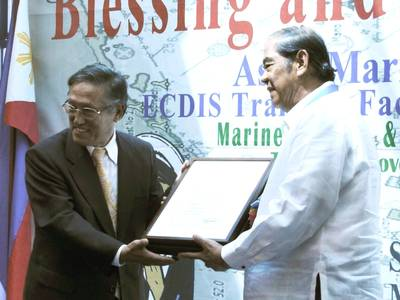 ClassNK Executive Vice President Koichi Fujiwara (left) presenting a certificate to PJMTM President Eduardo U. Manese.