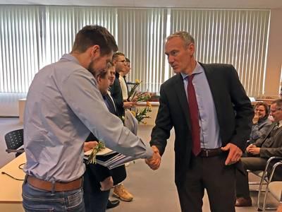 CTO Raimon Strunck congratulates the apprentices for the successful completion (Photo: MV WERFTEN)