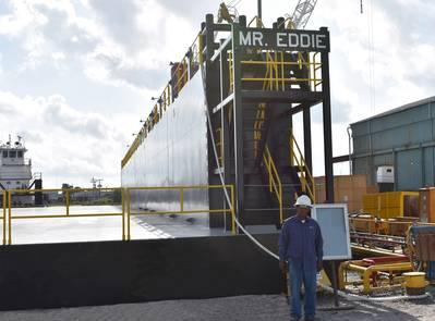 Eddie Barnes, Jr., homonyme pour la nouvelle cale sèche chez Bollinger Quick Repair, Harvey, en Louisiane, se tient devant le «M. Eddie ». (Photo: chantiers navals Bollinger)