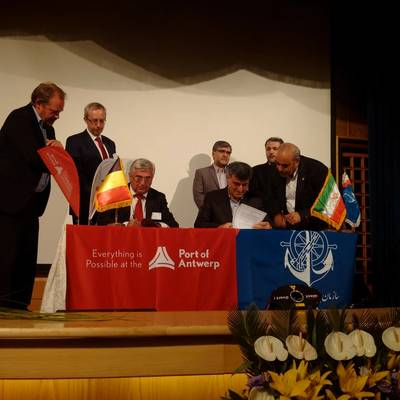 Eddy Bruyninckx signed the agreement on behalf of the Antwerp Port Auhority, Saeed Nejad on behalf of the Ports & Maritime Organisation. Photo Antwerp Port